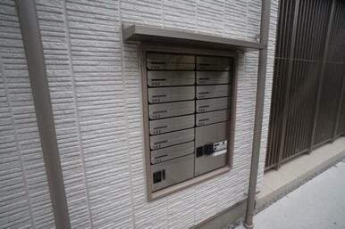 集合郵便受けには2台の宅配ボックスが完備されています。