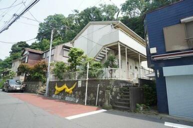 鎌倉市極楽寺1丁目、極楽寺駅から徒歩2分【100m】になります。