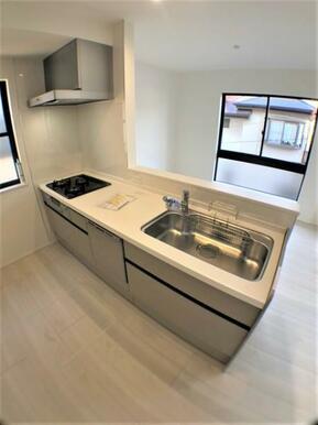 【キッチン】 ゆったりスペースのオープンキッチンで居心地のよい調理空間!
