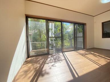 1階LDKには大きな窓があるので光