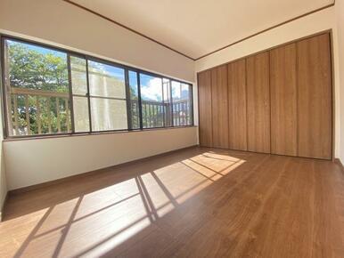 2階南側洋室はとても日当たりが良いお部屋です。