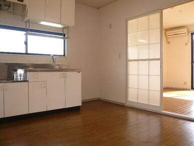 窓付きで換気がしやすい6帖・ダイニングキッチンスペース♪