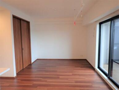 ●LDK(2) リビング横の洋室と繋げれば約22帖の広々とした空間に♪