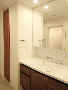 ●洗面台 三面鏡裏にも収納スペースがあります!
