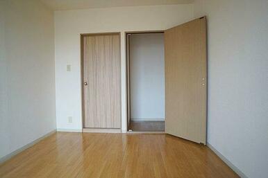 たっぷり収納できる洋室5.5帖クローゼット