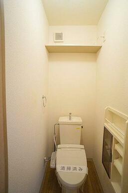 シャワー付きトイレ トイレットペーパーなどの収納に便利な棚付き
