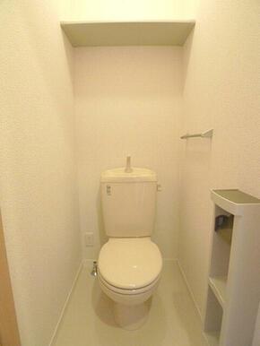 【トイレ】トイレには壁の側面にツールボックスを設置しているのでトイレットペーパー等を置いておくことが