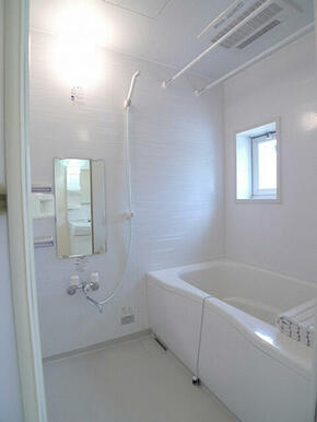 【浴室】浴室には鏡やシャンプー棚があり使い勝手が良いです。また、浴室暖房乾燥機付きなので雨の日でも洗