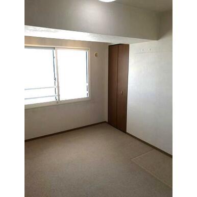 玄関から入ってすぐ横にある約5.5帖の洋室です。