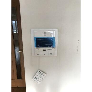 訪問者を確認できるモニター付きインターホンです。
