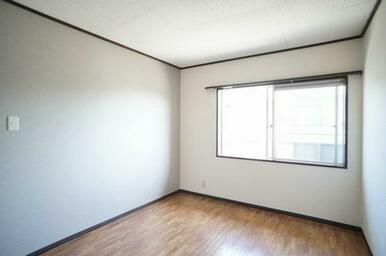 壁一面には上品な印象のアクセントクロスが張ってあり、落ち着いた雰囲気の洋室です。南向きの明るい洋室で