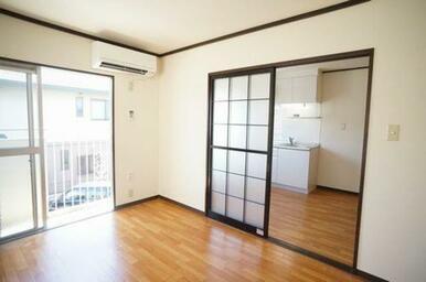 南向きに面した明るい洋室・キッチン!キッチンから繋がった洋室には、エアコン設置されています。