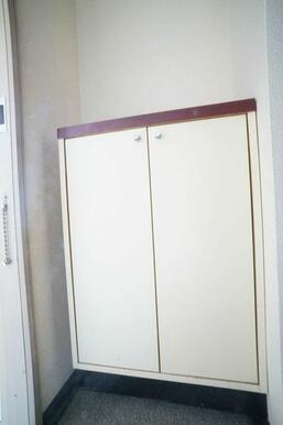 玄関には下駄箱設置されています。
