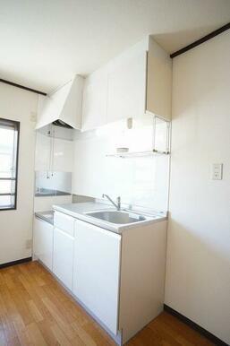 ホワイト系のキッチンは清潔感があります。