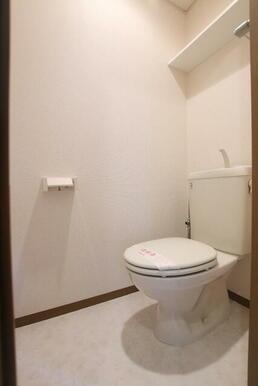 上部に収納付きの快適なトイレ♪