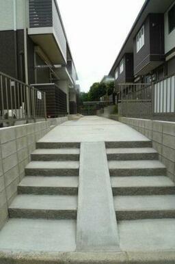 ☆自転車の出し入れに便利なスロープ付階段です♪
