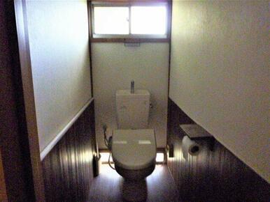 母屋のトイレ、広くてリフォーム済のため綺麗です