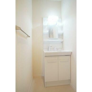 ◆洗面所◆シャワー付きの洗髪洗面化粧台で忙しい朝にもシャンプーができちゃいます☆室内洗濯機スペース、