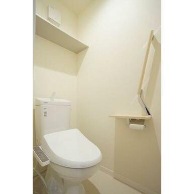 ◆洗浄機能便座付きトイレ◆収納棚、手すり、タオル掛け付きです♪