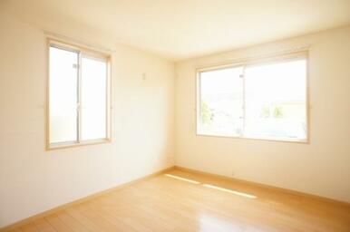 【南洋室】角部屋を活かした二面窓なので採光性・通気性共に優れております。