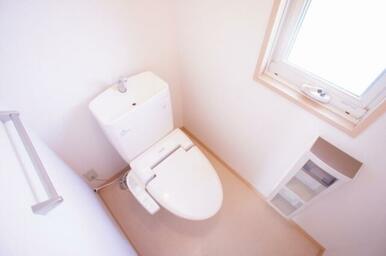 【トイレ】多機能付シャワートイレです。またペーパーホルダーに小棚が、上部に収納棚がございますのでトイ