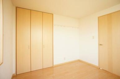 【北洋室】収納の他に壁にハンガーレールを備えております。お気に入りのお洋服などを掛けてみては。
