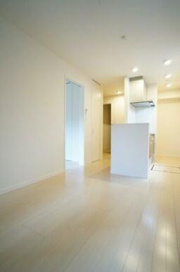 【洋室】白を基調とした清潔感溢れるお部屋です。