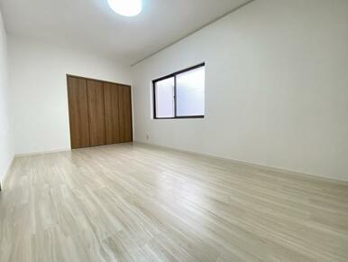 2階約6帖の北側洋室です。