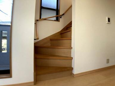 階段には手すりあり