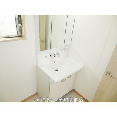 鏡の中と洗面台下が収納になっているので、洗面台回りの物が仕舞えてスッキリします♪