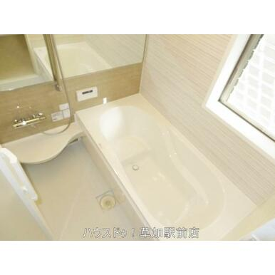 窓があるので採光が取れた浴室です♪白を基調としています♪くつろぎのバスタイムを過ごせます(*^-^…