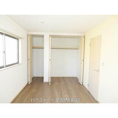 収納付きの洋室です!床はフローリングなのでお掃除は拭くだけ楽々です!