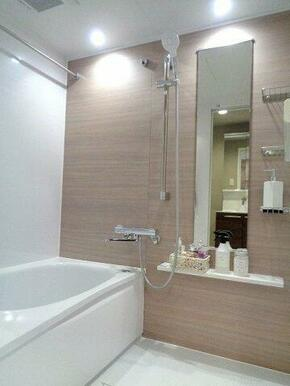 洗濯物干しが付いており、シンプルなデザインの浴室です。
