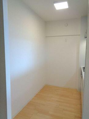 キッチンの背面側です。食器棚や冷蔵庫の配置が可能です。