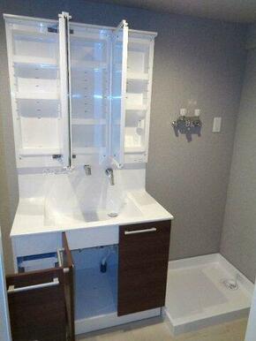 シャワーホースが引き出し可能♪三面鏡で収納力もあります。防水パン付きの洗濯機置き場もあります。