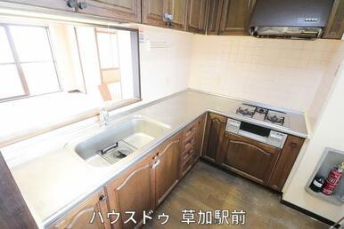 L字型のキッチンなので、作業スペースも多く確保!作業導線も短いので無駄な動きも少なく済みます♪