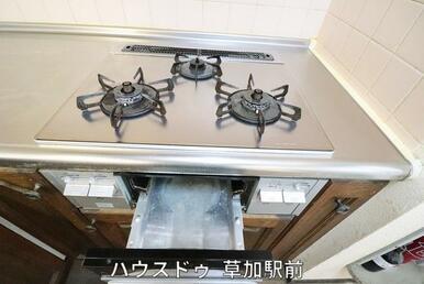 コンロは調理器具を選ばないガスコンロ!3つ口なので、朝の忙しい時間も3品同時調理が可能で時短に♪