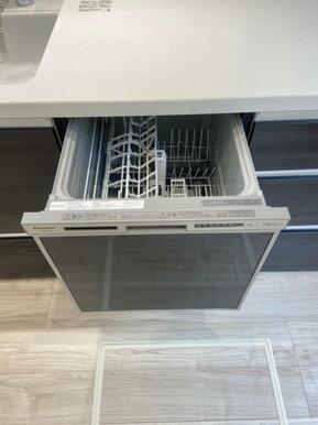 ワンタッチの浄水機能付き水栓やビルトインの食器洗浄乾燥機など、使い勝手の良い設備を搭載したキッチン