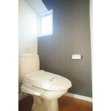 【トイレ】便座は暖房・洗浄機能付です♪小窓の光によって、より一層明るい空間を出しています♪