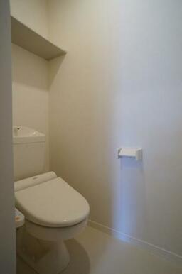 【トイレ】トイレは温水洗浄便座付きです☆上部には棚もございます☆