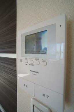 【インターホン】来訪者の方を室内から確認できるTVモニター付きインターホンです☆