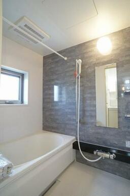 【浴室】シャンプー台や鏡の付いた浴室です☆浴室乾燥機がついておりますので雨の日なども浴室で物が干せま