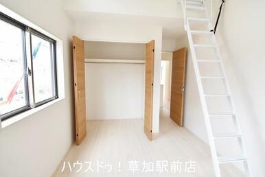 収納付きの洋室です!上に上がるとロフトがあります♪