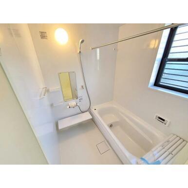 浴室 半身浴にも便利なエコベンチ付きの浴槽。お湯の量も少なくなるのでエコです。