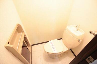 お手洗いです。写真だとよく見えませんが、奥の壁をライトグリーンの爽やかなクロス、床は大理石風のクッシ