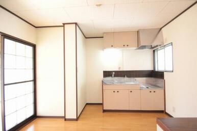 DKです。キッチン横の小窓で明るい光も新鮮な空気も取り込めますよ♪