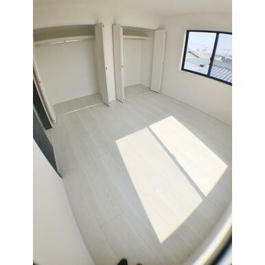 (洋室) どんなインテリアにも合いそうな白を基調とした室内。