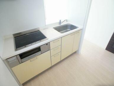 お掃除が便利で温度調節もしやすいIHコンロ付きのキッチンです!※写真は201号室※