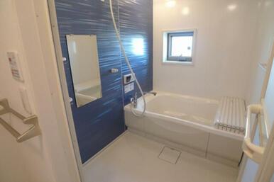 浴室には青いフィルムが特徴の追焚付浴室です♪※写真は201号室※