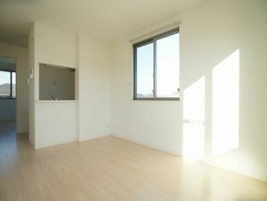 対面キッチンのあるLDKです。家事をしながら室内を見渡せます!※写真は201号室※